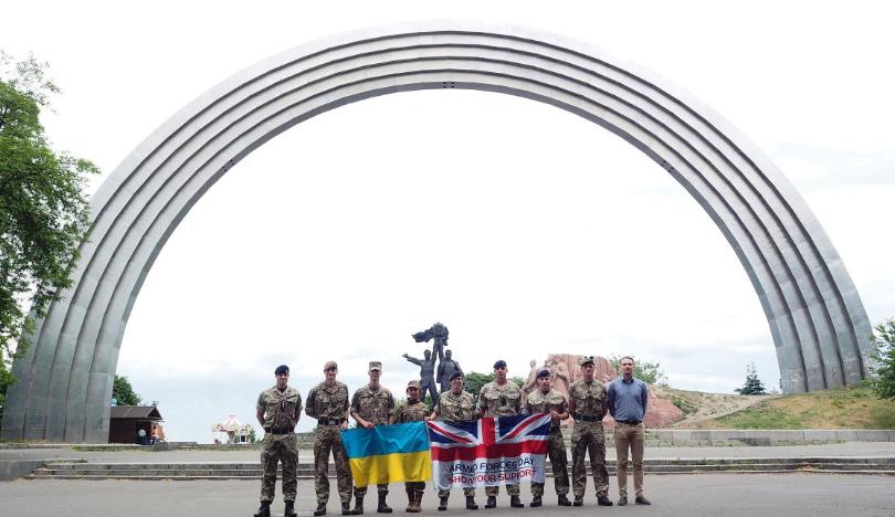 Совместная фотография военных из Украины и Великобритании наделала много шума в социальных сетях и заставила Грэма Филлипса нецензурно выразиться на чистом русском языке