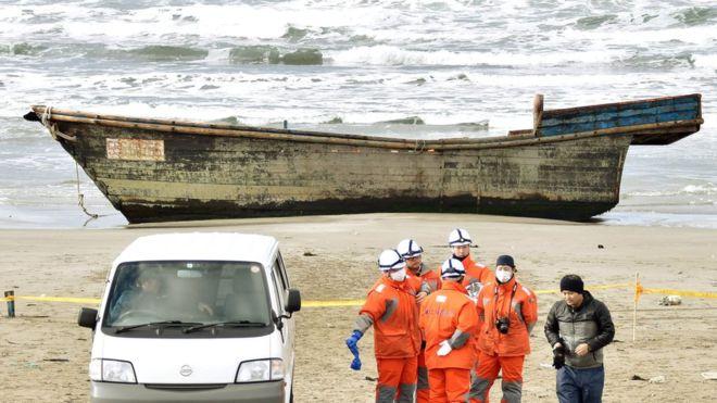 """К берегу Японии прибило """"корабль-призрак"""": увиденное на борту потрясло даже опытных правоохранителей - кадры"""