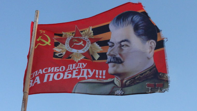 """В Днепре неизвестные вывесили огромный флаг с изображением Сталина: """"Весеннее обострение"""""""