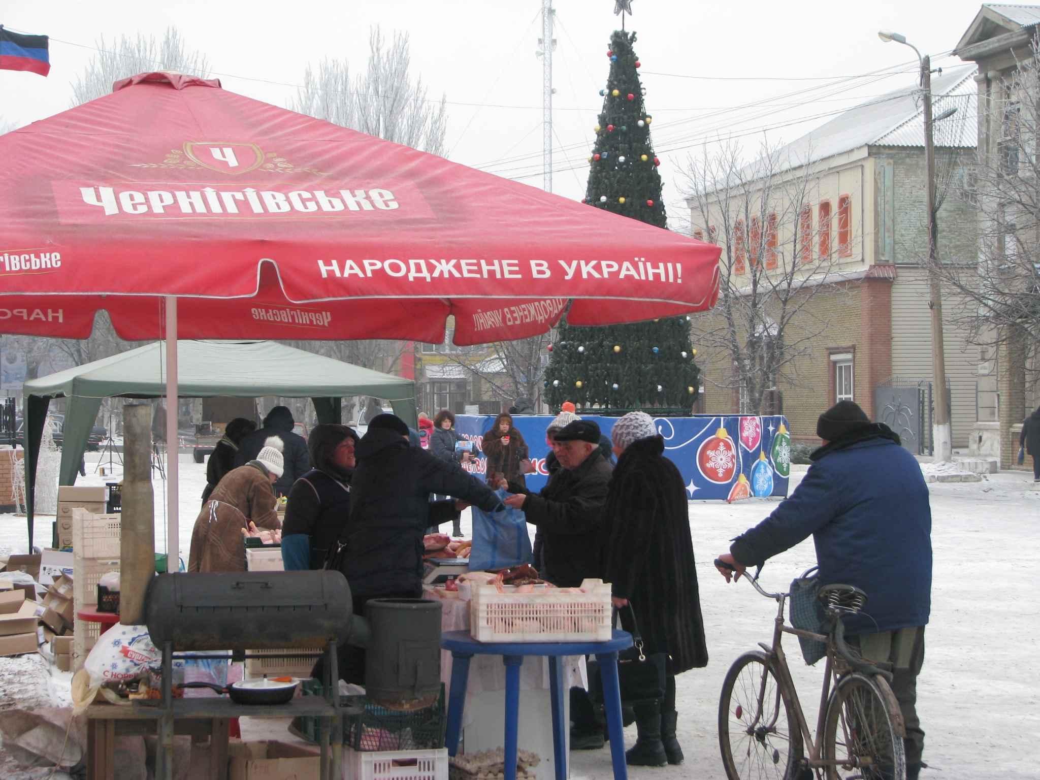 """Суровый новый год в Дебальцево: на полупустую площадь людей """"заманивали колбасой"""" - кадры"""
