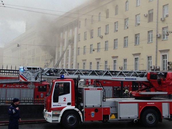 Пожар в российской столице: пламя охватило Минобороны РФ, из окон здания валит густой дым
