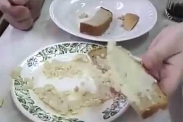 В России школьники сравнили еду из школьной столовой с собачьей кормежкой - кадры