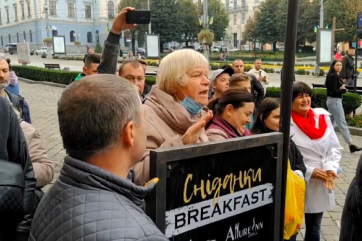 """В Черновцах женщина обругала Зеленского и Ермака, назвав их """"врунами"""", - инцидент попал на видео"""