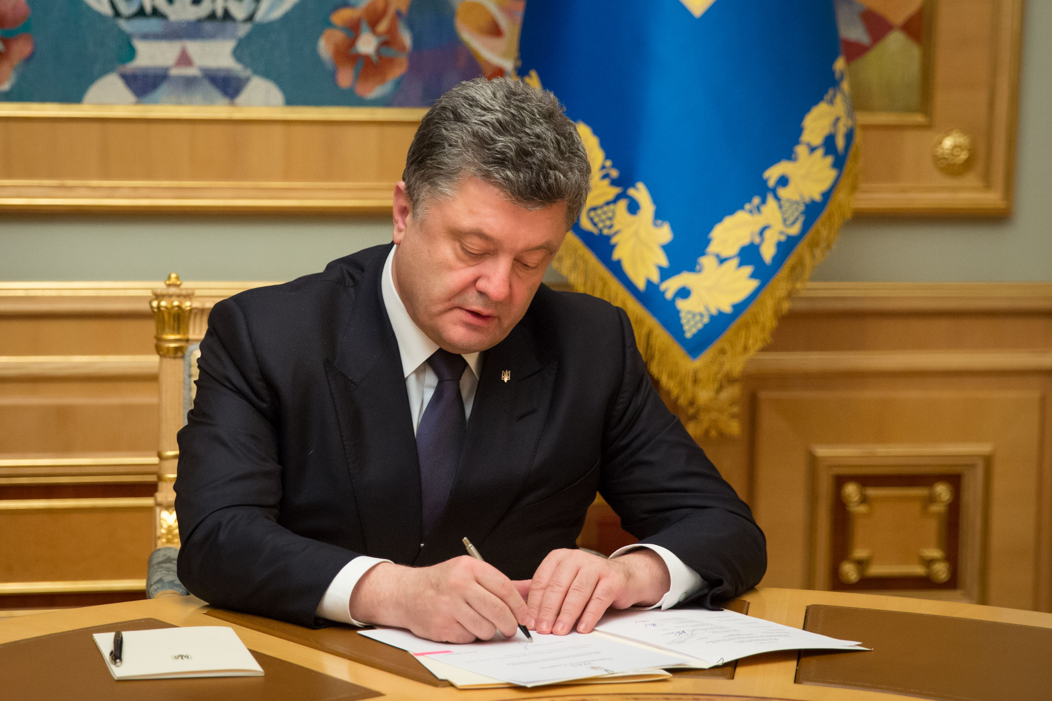 Это усилит позиции Украины в борьбе за деоккупацию Донбасса: президент Порошенко подписал закон об особом статусе ОРДЛО
