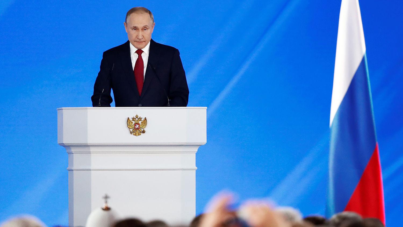 Во время послания Путина в зале произошел курьезный момент: появилось видео