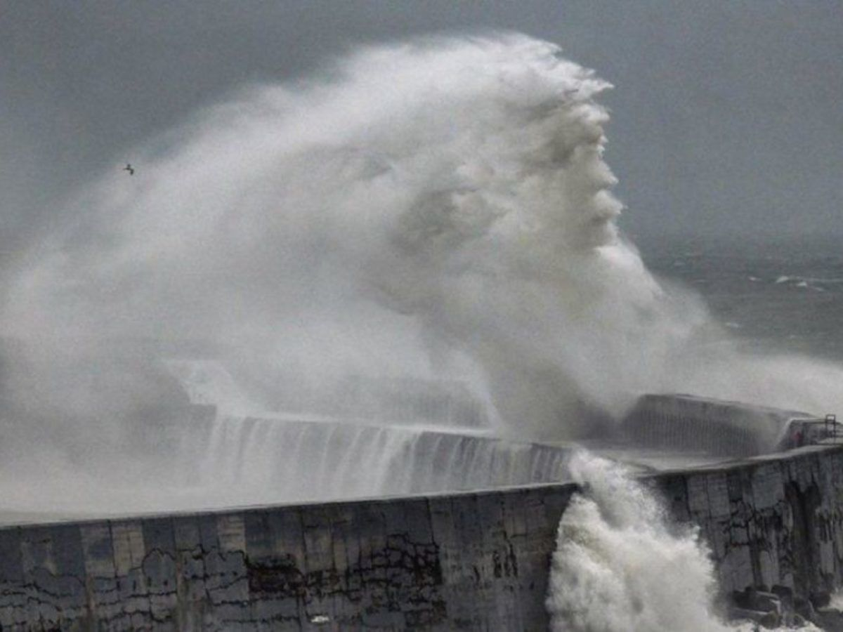"""""""Бог морей"""" попался фотографу: во время шторма в Великобритании сделали необычный снимок"""