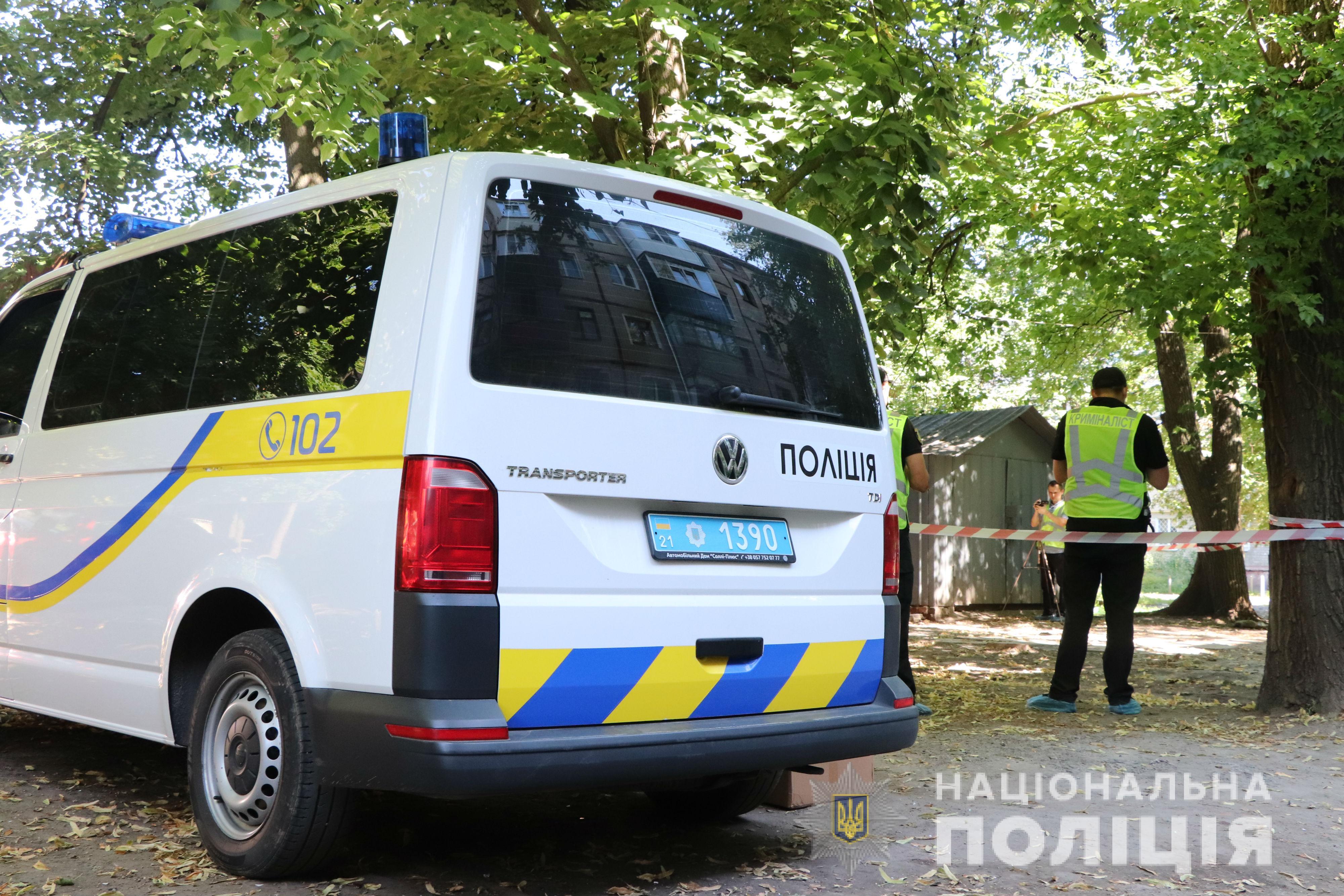 В Харькове женщина нашла на улице тело, завернутое в ковер: в полиции рассказали, кто выкинул погибшего