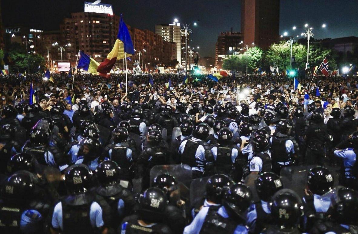 """Бухарест """"в огне"""": сотни тысяч румынов восстали против властей, идут бои с жандармами - кадры"""
