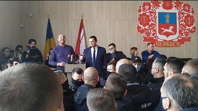 """Депутат """"ОПЗЖ"""" отказался говорить по-украински: """"спас"""" переводчик, полиция охраняла"""