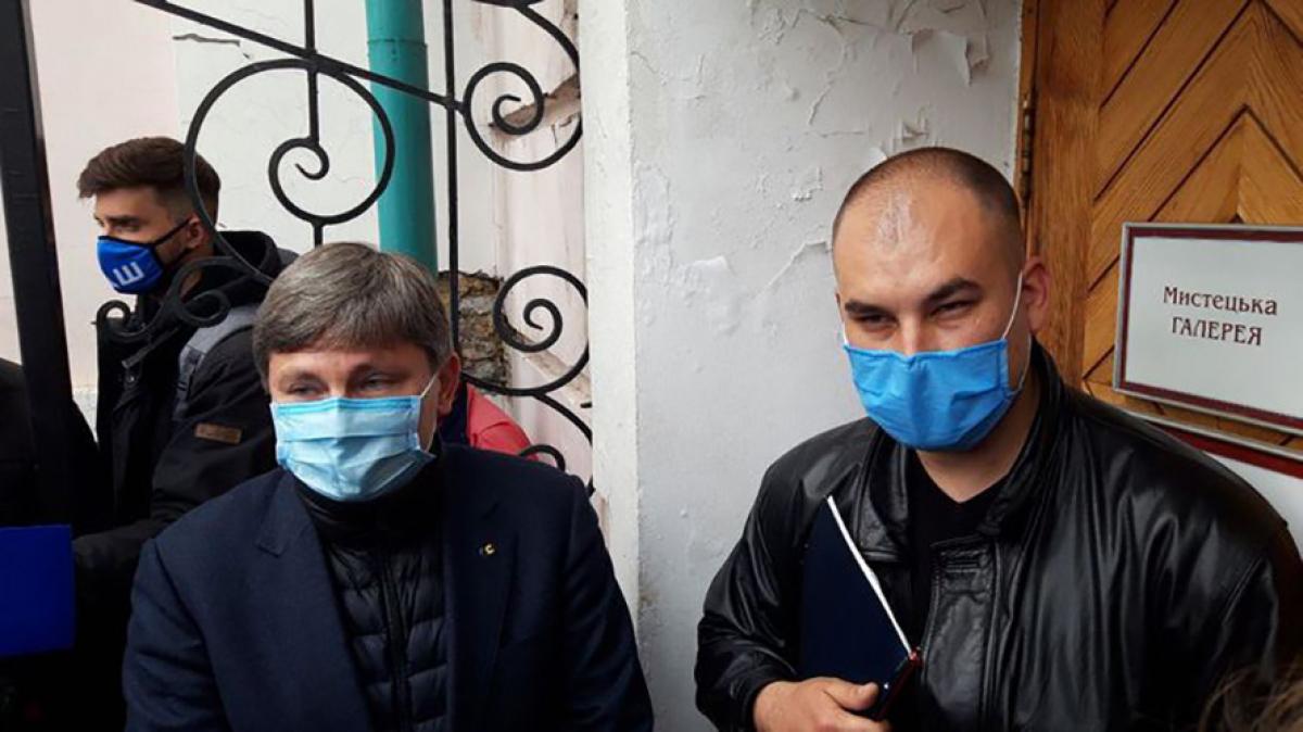 ГБР штурмует музей в Киеве с картинами Порошенко – активисты готовятся к противостоянию