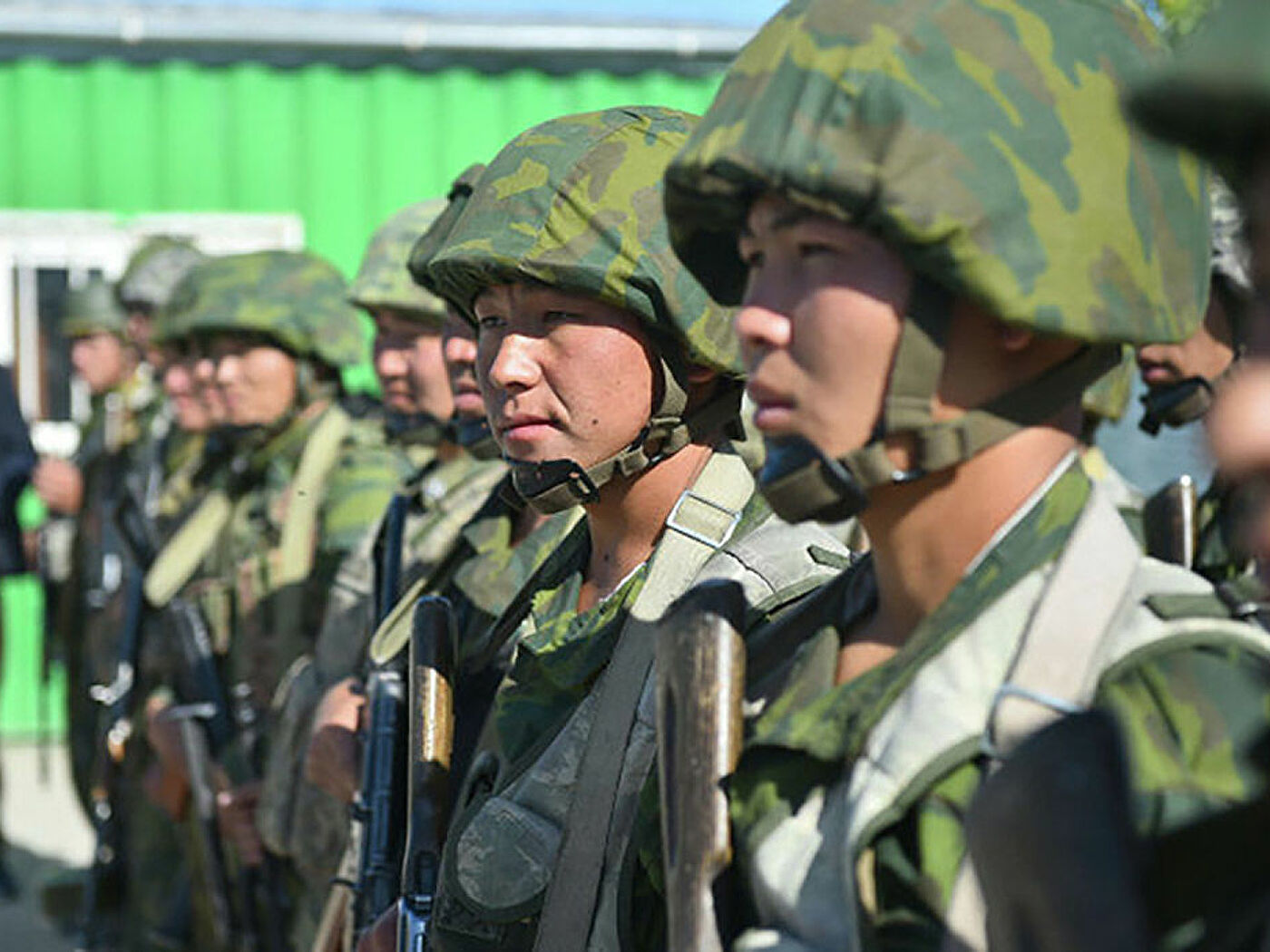 Кыргызстан ввел режим ЧС и перекрывает дороги: число пострадавших в конфликте с Таджикистаном растет