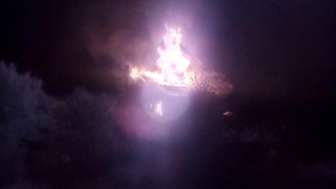 Мятежный Донбасс: в Донецке жилой дом превратился в пепелище после обстрелов, в Старомихайловке есть мирные жертвы - кадры