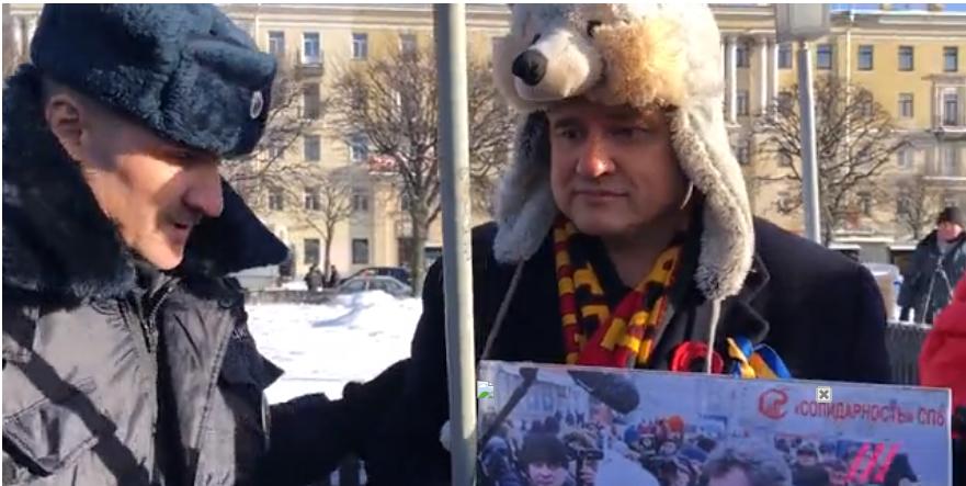 Флаг Украины как преступление: в Санкт-Петербурге на акции памяти Немцова задержали активиста с украинской символикой