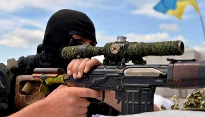 """Опубликовано захватывающее видео снайперской дуэли в зоне АТО: четкий выстрел – и на одного """"ихтамнета"""" на Донбассе стало меньше – кадры"""
