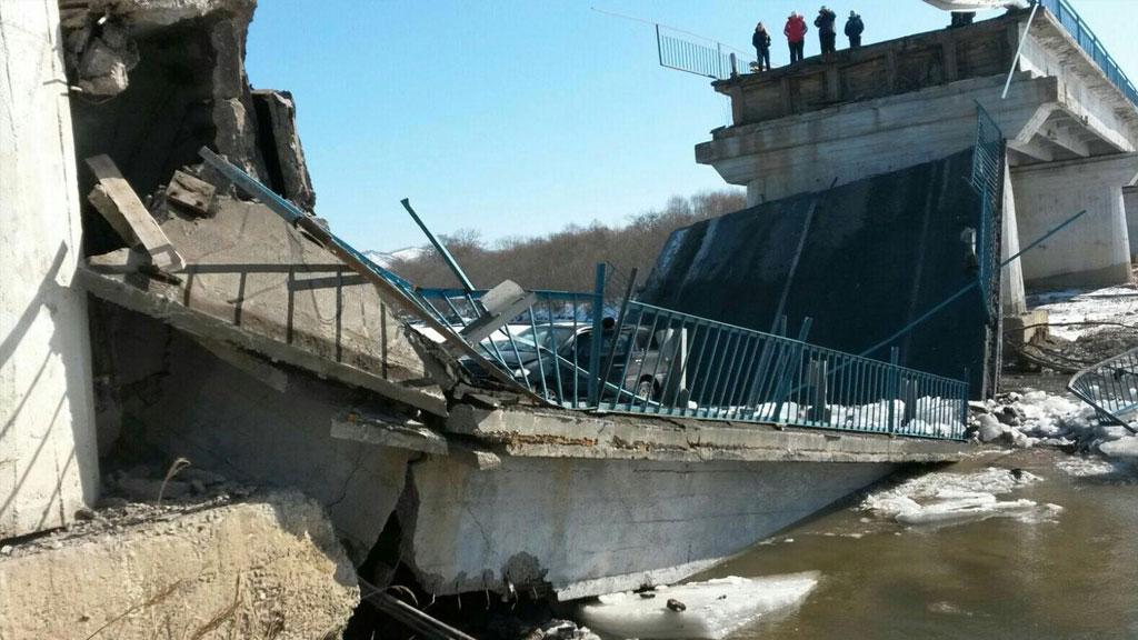 В России рухнул еще один мост - в результате трагедии в Ханты-Мансийске есть погибшие и много раненых