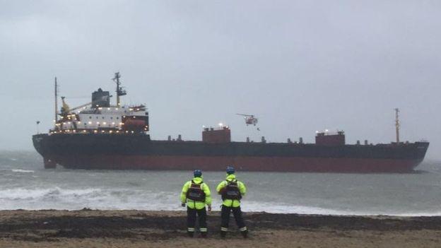 Огромный российский корабль сел на мель у берегов Британии: судно наклонилось на бок и может утонуть - кадры