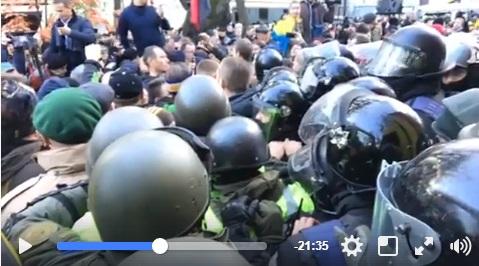 Митингующие сошлись в жесткой схватке с Нацгвардией и полицией: появились новые кадры конфликта протестующих под ВР и охраняющих правительственный квартал силовиков