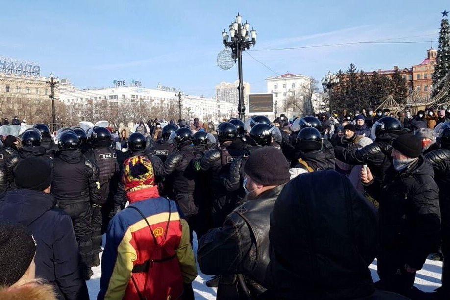 """В Хабаровске ОМОН действует по """"белорусскому сценарию"""" - протестующих закидывают в белые микроавтобусы"""