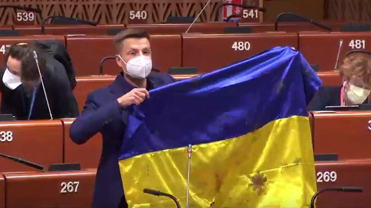 В ПАСЕ остановили выступление Гончаренко и пригрозили санкциями: он показал флаг Украины, простреленный военными РФ