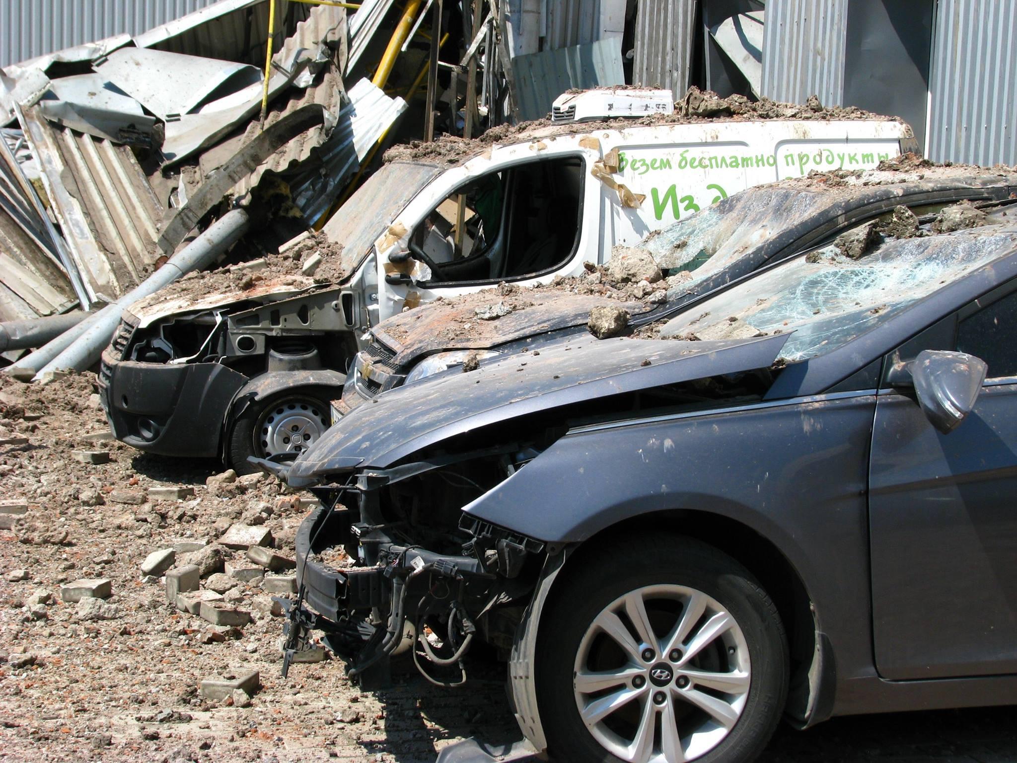 Калининский район Донецка после обстрела: снаряд посреди дороги, разрушенная автобаза