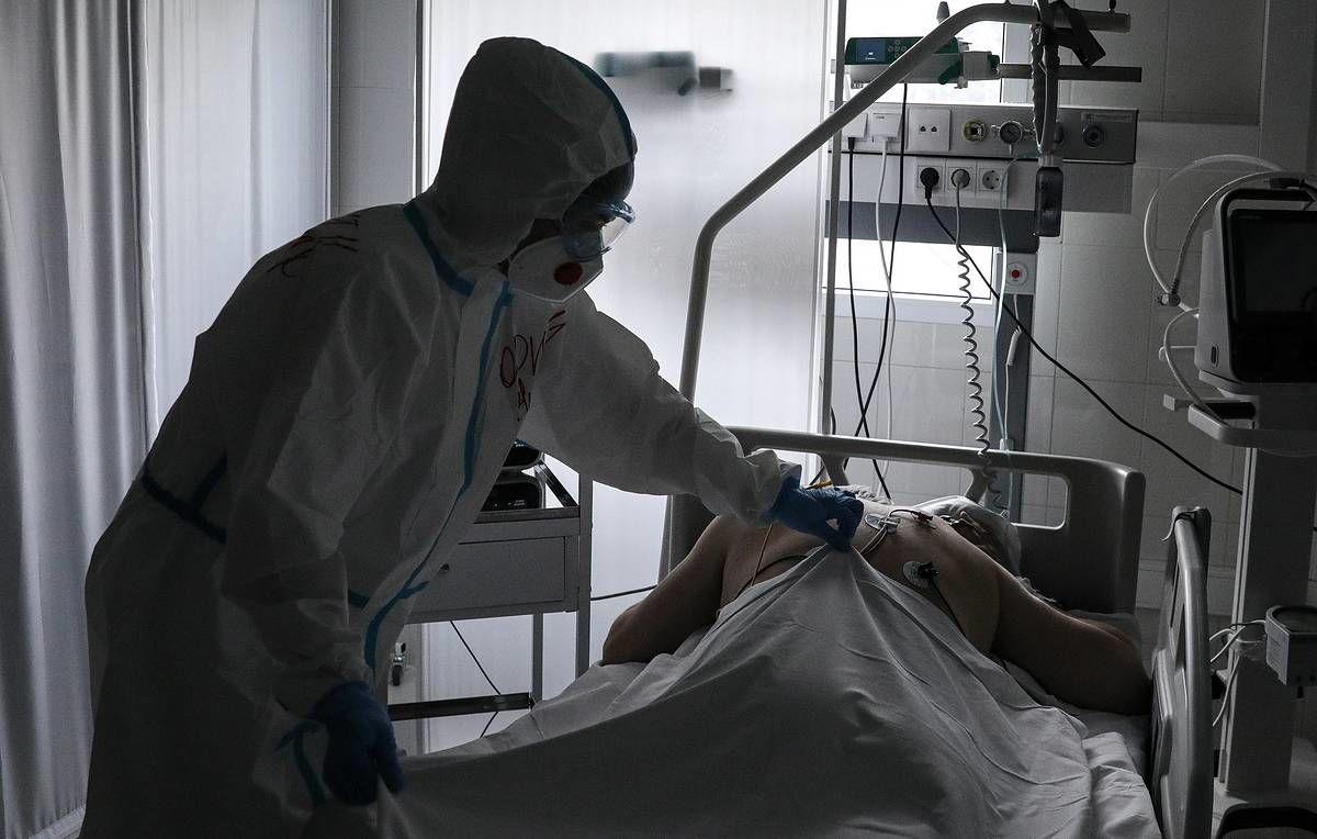 Появились кадры из больницы в Донецке, где уже нет мест для множества тел погибших