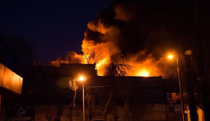 В Донецке пылает военная база наемников РФ: пожар не могут потушить несколько часов, слышны взрывы