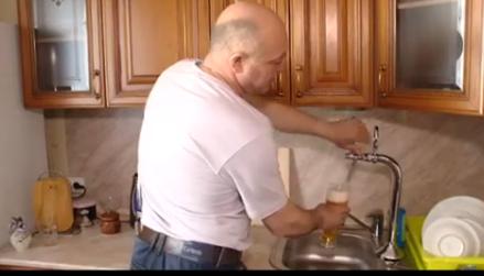 Напиться и забыться: житель России провел в собственную квартиру настоящий пивопровод