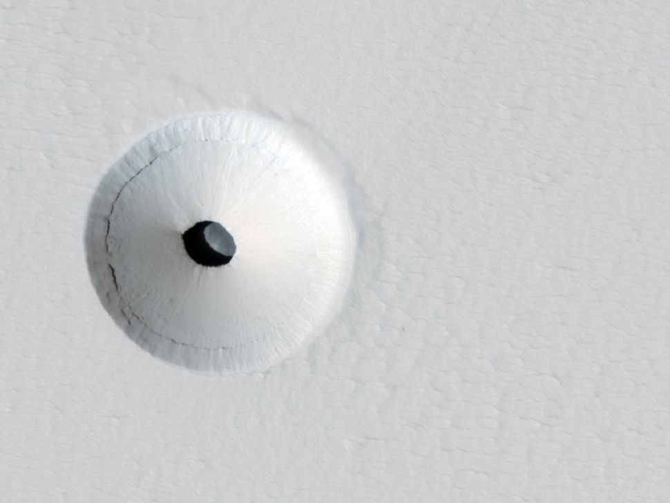 Аппарат НАСА на Марсе зафиксировал вход в таинственную пещеру диаметром в 180 метров: опубликовано первое фото