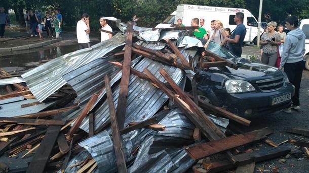 Львовский мусор путешествует по улицам города после ливня и урагана – жуткие кадры коммунального происшествия