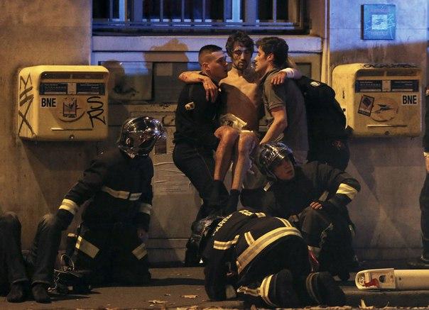 """Террористы захватившие театр в Париже кричали """"Это за Сирию"""", а сторонники ИГИЛ начали ставить тег в твиттере """"Париж в огне"""""""