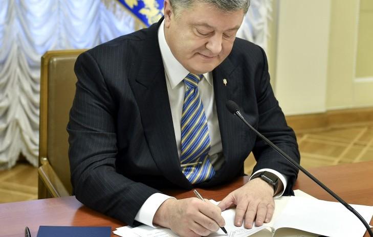 Этого ждали четыре года: Порошенко подписал важный закон, который определит судьбу пострадавших на Майдане Героев, - кадры