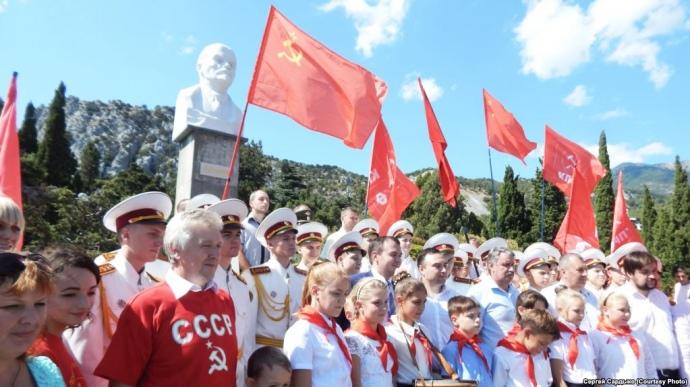 """Российские оккупанты используют Крым и местных детей для восстановления """"совка"""": журналист рассказал, как коммунисты на полуострове """"воскрешали Ильича"""" и """"вербовали"""" школьников в пионеры"""