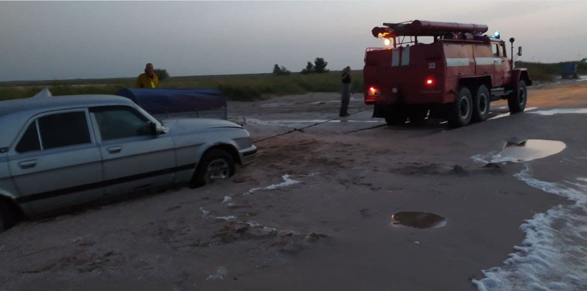 Два десятка машин попали в песчаную ловушку на побережье Азовского моря