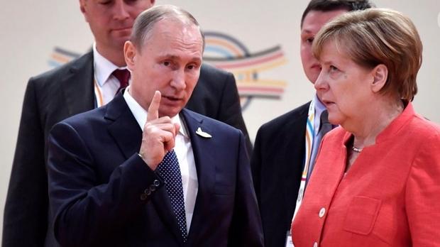 Он ее просто достал: Интернет взорвало видео реакции Меркель на Путина, пользователи теряются в догадках, что такого наговорил российский президент - кадры