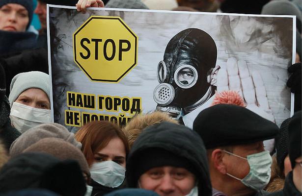 """Жители российского Волоколамска напали на главу района, """"единоросса"""", после массового отравления детей – кадры"""