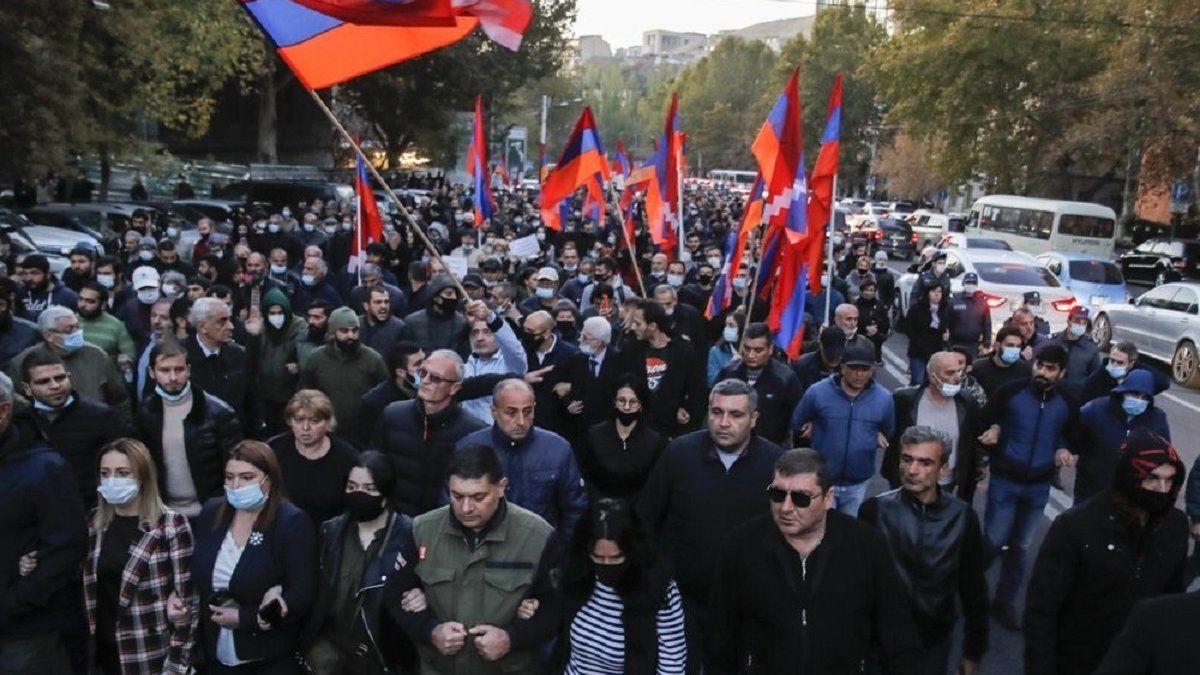 Протесты в Ереване: люди возвели баррикады и заблокировали парламент