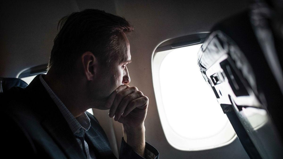 Самолет с Навальным неожиданно изменил траекторию движения: во Внуково он не приземлится
