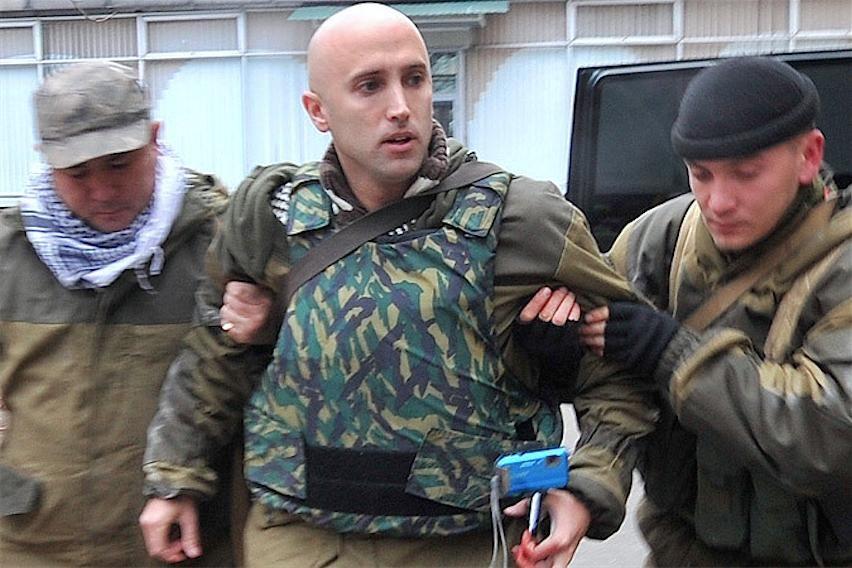 Появилось видео ранения российского журналиста Грэма Филлипса под Донецком: прогремел взрыв
