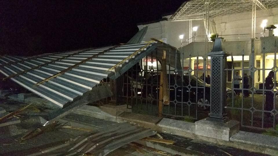 Машины летали вместе с крышами: в Сети опубликованы первые кадры сильнейшего шторма на Закарпатье