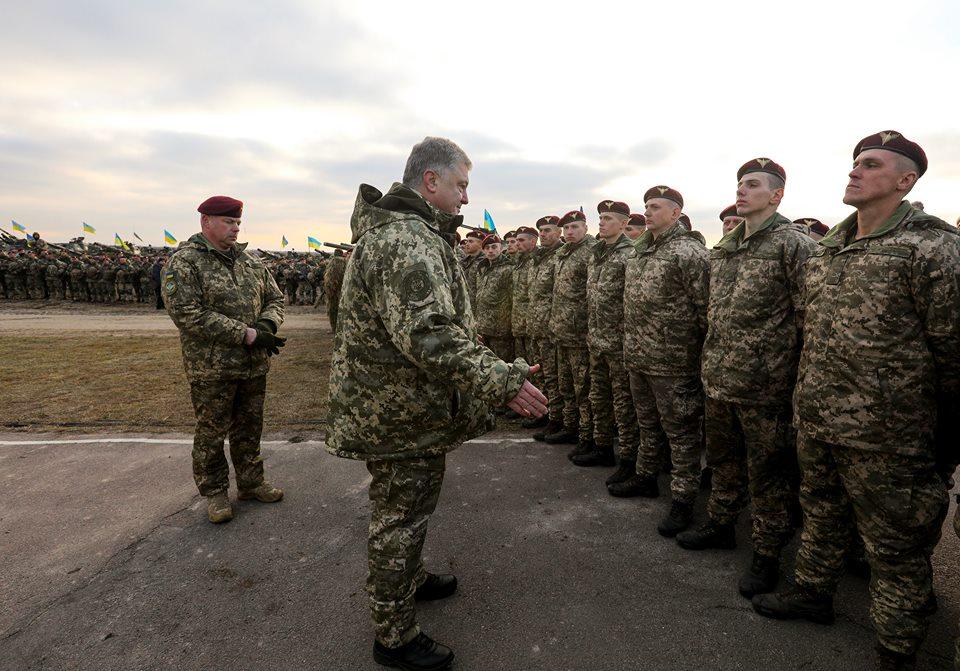 Порошенко пообещал украинским десантникам мощнейшее американское оружие, способное сокрушить любого врага