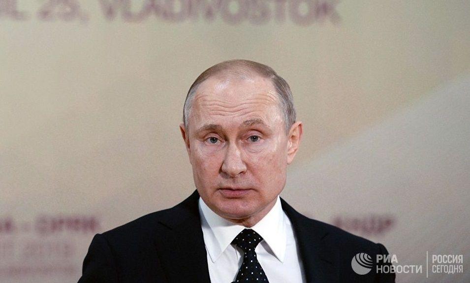 Путин сам боится отравления? Появилось видео странного поведения главы Кремля