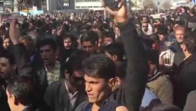 Протесты в Иране набирают обороты: силовики расстреляли мирную демонстрацию. Кадры