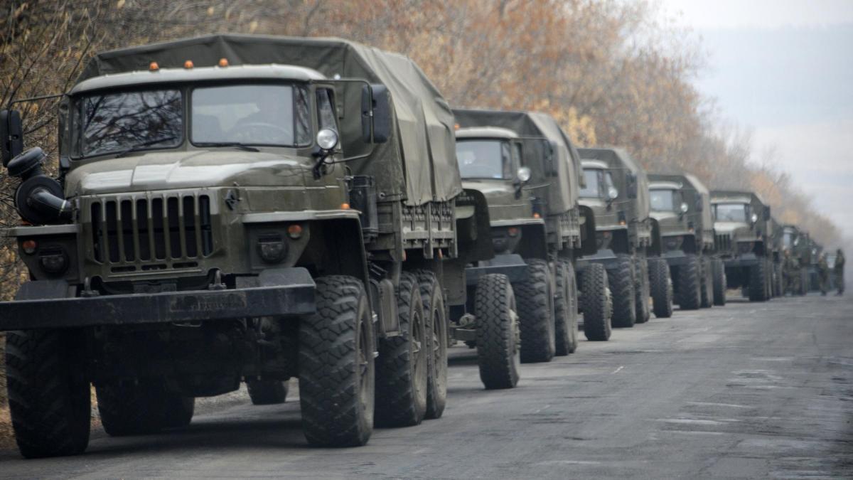 """Российские военные ночью перебросили в """"ДНР"""" неизвестный груз: замечен БТР и сразу 13 военных грузовиков"""