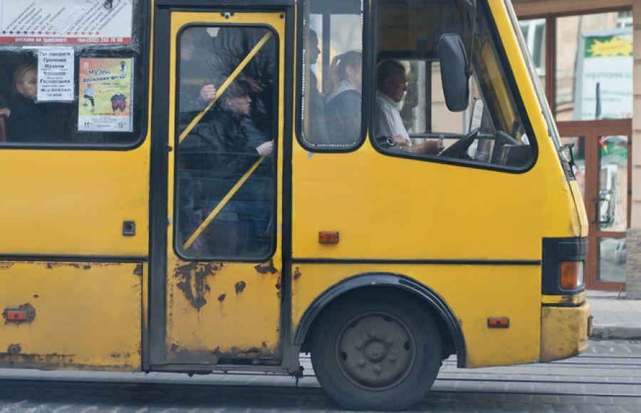 Драка в Киеве в маршрутке попала на видео: мужчины били друг друга и не хотели уступать место