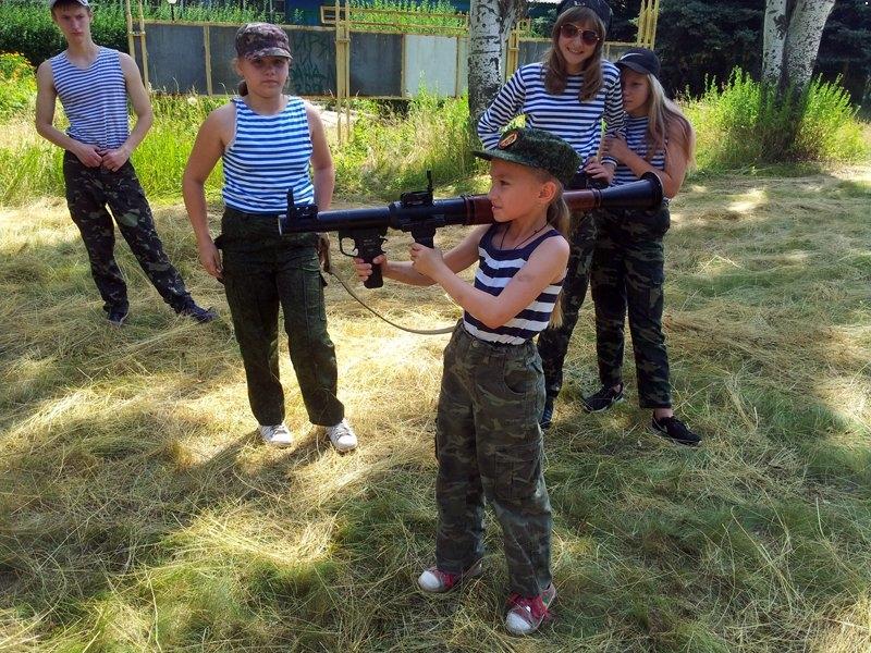 """Посмотрите на этих детей ! Если ВСУ не освободит оккупированный Донбасс, то скоро эта """"школота"""" станет мясом в окопах: Сеть возмутили кадры, как боевики """"ДНР"""" дрессируют школьников"""