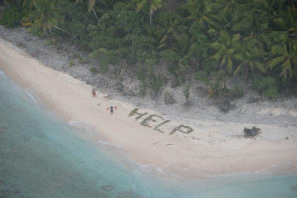 Надпись HELP из листьев помогла трем мужчинам выбраться из безлюдного острова: ее чудом заметил спасательный самолет