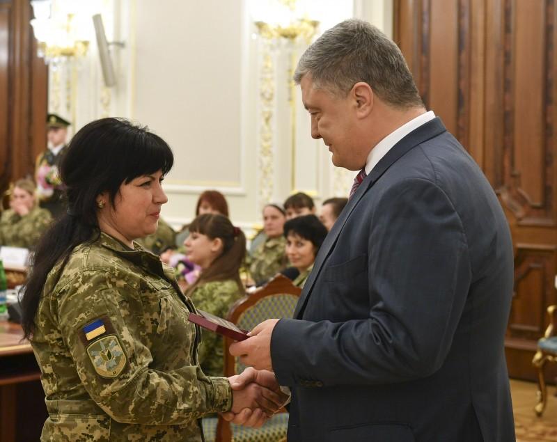 """Порошенко наградил женщин-военных за оборону Донбасса: """"5 лет вы воюете против РФ наравне с мужчинами"""", - кадры"""
