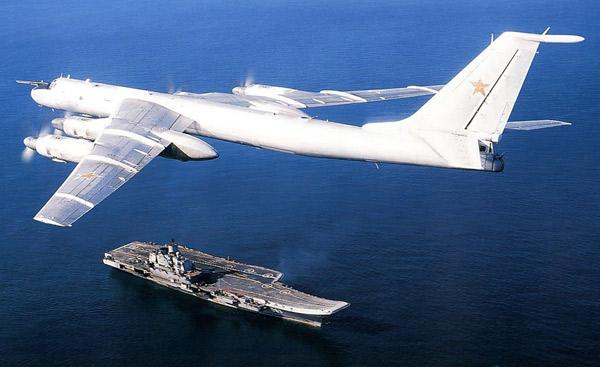 """Моряки ВМС США подняли на смех """"Федорыча"""" - дребезжащий российский Ту-142, когда тот пролетел над флагманом флота США USS Mount Whitney"""