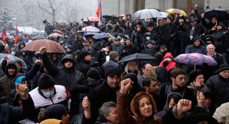 """В Ереване противники Пашиняна ворвались в правительство: """"Для нас нет закрытых дверей"""""""