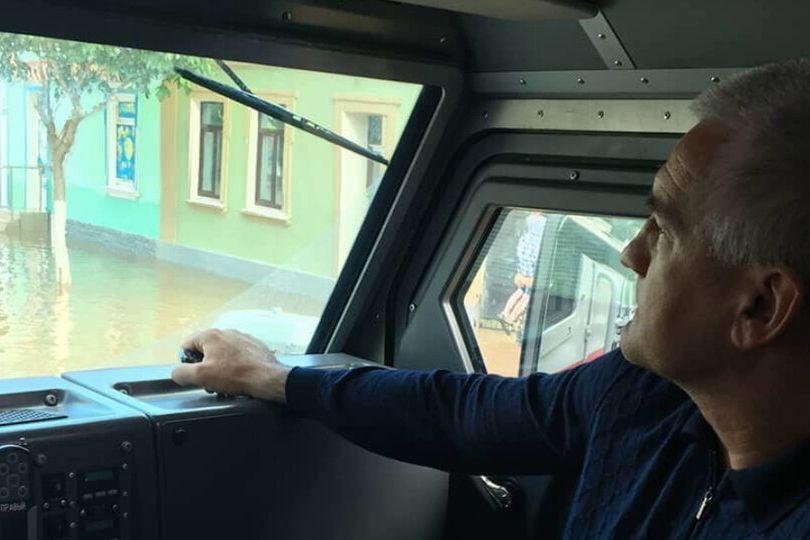 Пока Аксенов катается по затопленной Керчи на броневике, потоки воды уносят молящих о помощи людей